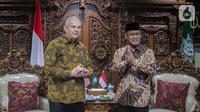Ketua Umum PP Muhammadiyah Haedar Nashir (kanan) menerima Duta Besar AS untuk Indonesia Joseph R Donovan Jr saat pertemuan di  Jakarta, Selasa (15/10/2019). Pertemuan tersebut dalam rangka silaturahmi kepada organisasi massa Islam di Jakarta. (Liputan6.com/Faizal Fanani)