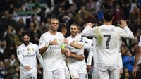 Para pemain Real Madrid merayakan gol  Karim Benzema (tengah) pada lanjutan Liga Champions Grup A di Stadion Satiago Bernabeu, Rabu (9/12/2015) dini hari WIB. (AFP Photo/ Pierre-Philippe Marcou)