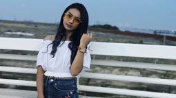 Enggak melulu lensa berwarna gelap, wanita blasteran Jerman-Indonesia ini tampil manis dengan lensa berwarna kuning. Meski terlihat simpel, namun penampilan Ersya terlihat memukau. (Liputan6.com/IG/@ersyaurel)