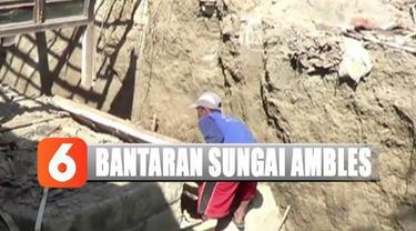 Tanah bantaran Sungai Begawan Solo alami pergerakan hingga membuat satu rumah warga ambruk.