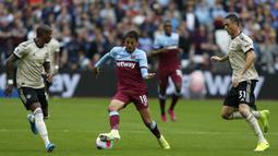 Gelandang West Ham, Pablo Fornals, menggiring bola saat melawan Manchester United pada laga Premier League di Stadion London, London, Minggu (22/9). West Ham menang 2-0 atas MU. (AFP/Ian Kington)