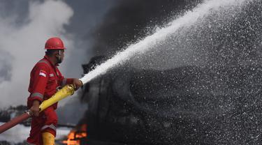 Upaya Memadamkan Api di Kilang Minyak Balongan
