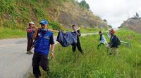 Saat petugas mengevakuasi mayat Nurdin (52) yang ditemukan di pinggir tebing di Mamuju Tengah
