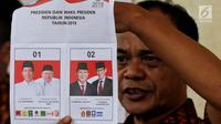 Petugas KPPS menunjukkan surat suara Pilpres 2019 saat penghitungan di TPS 02 Selong, Kebayoran Baru, Jakarta Selatan, Rabu (17/4). Dari hasil hitung surat suara, Jokowi-Ma'ruf menang dengan perolehan 133 suara di TPS ini. (Liputan6.com/JohanTallo)