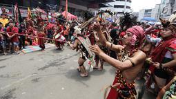 Sejumlah tatung pria melakukan atraksi dalam Festival Cap Go Meh 2570 di Seasons City, Jakarta,  Minggu (24/3). Acara ini mengusung tema The Little Singkawang. (Liputan6.com/Fery Pradolo)