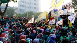 Sejumlah mahasiswa berkumpul di depan Istana Negara, Jakarta, Rabu (28/10/2015). Aksi tersebut untuk menyampaikan aspirasi terkait setahun kinerja pemerintah. (Liputan6.com/Yoppy Renato)