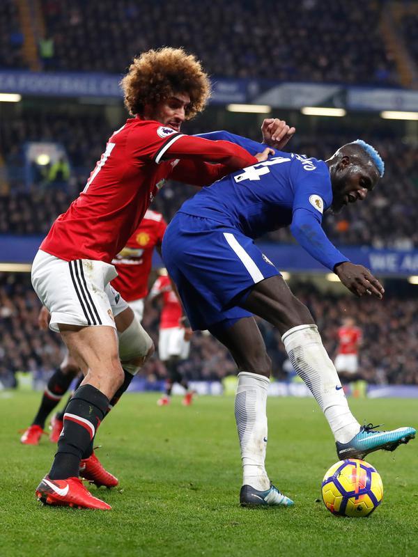 Gelandang Chelsea, Tiemoue Bakayoko berusaha mengontrol bola dari kawalan gelandang MU, Marouane Fellaini saat bertanding pada lanjutan Liga Inggris di Stamford Bridge di London (5/11). Chelsea Menang tipis atas MU 1-0. (AP Photo/Kirsty Wigglesworth)#source%3Dgooglier%2Ecom#https%3A%2F%2Fgooglier%2Ecom%2Fpage%2F%2F10000