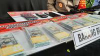 Polresta Bandara Internasional Soekarno Hatta tangkap tiga orang tersangka pengedar uang dollar palsu. (Foto:Liputan6/Pramita Tristiawati)