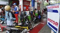 Pelanggan melakukan pengisian BBM di SPBU Pertamina, Jakarta, Kamis (15/6). Pertamina mengadakan program diskon mudik pertamax yang berlaku di SPBU bertanda khusus. (Liputan6.com/Angga Yuniar)