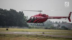 Helikopter jenis Bell 505 membawa pemudik di Bandara khusus Wiladatika, Cibubur, Jakarta, Senin (3/6). Peminat mudik dengan helikopter dari tahun ke tahun terus mengalami peningkatan permintaan. (Liputan6.com/Faizal Fanani)