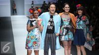 Desainer tities sapoetra berjalan bersama para model pada hari kedua Jakarta Fashion Week (JFW) 2016 di Senayan city, Jakarta, (25/10/2015). (Liputan6.com/Herman Zakharia)