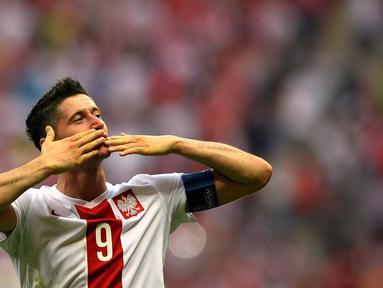 Striker Polandia, Robert Lewandowski memimpin klasemen pencetak gol terbanyak pada kualifikasi Piala Eropa 2016 dengan total 13 gol dalam 10 pertandingan. (AFP Photo/Andy Buchanan)