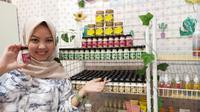 Yolan Yuliana Devi menunjukkan produk yang selama ini menjadi usahanya. (foto: istimewa)