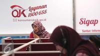 Petugas tengah melakukan pelayanan call center di Kantor Otoritas Jasa Keuangan (OJK), Jakarta. (Liputan6.com/Angga Yuniar)