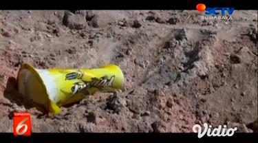 Seorang anak di Kabupaten Tuban menderita luka bakar setelah terjatuh di gundukan pasir yang diduga sebagai limbah berbahaya.