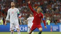 Bintang Portugal, Cristiano Ronaldo, merayakan gol yang dicetaknya ke gawang Spanyol pada laga Grup B Piala Dunia di Stadion Fisht, Sochi, Jumat (15/6/2018). CR 7 pencetak hattrick perdana Piala Dunia 2018. (AP/Francisco Seco)