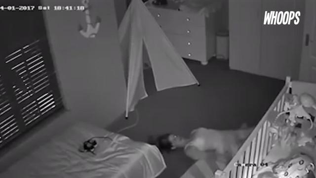 Sang ibu merayap sambil telentang agar tak menimbulkan suara bising hingga anaknya terbangun.