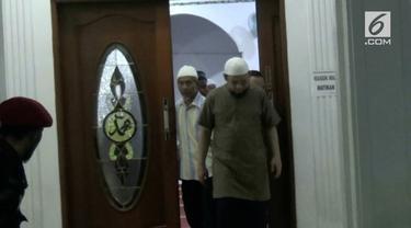 Novel Baswedan kembali menjalankan ibadah salat Subuh di Masjid Al Ihsan setelah kembali dari Singapura.