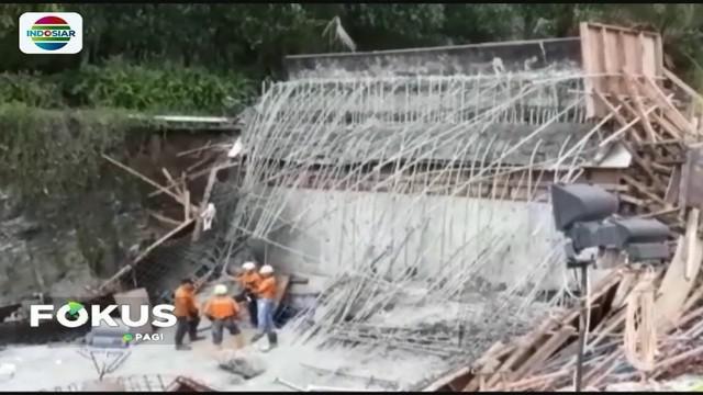 Polisi terus mendalami penyebab pasti ambruknya plat jembatan layang atau overpass Proyek Tol Manado-Bitung di Minahasa Utara, Sulawesi Utara.