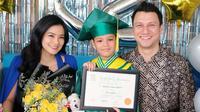 Putra sulung Titi Kamal dan Christian Sugiono, Arjuna Zayan Sugiono lulus dari TK. (dok. Instagram @titi_kamall/https://www.instagram.com/p/CB76E8KpHJf/Putu Elmira)