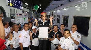 Menteri Badan Usaha Milik Negara (BUMN) Rini Soemarno melepas secara resmi program mudik gratis PT Kereta Api Indonesia (KAI) kloter kedua di Stasiun Senen, Jakarta, Selasa (5/6). (Liputan6.com/Angga Yuniar)