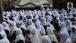 """Sejumlah santri mengikuti kegiatan doa Istighosah di Pondok Pesantren An-Nuqthah, Kota Tangerang, Banten, Kamis (22/10/2020). Kegiatan tersebut digelar untuk memperingati Hari Santri Nasional dengan tema """"Santri Sehat, Indonesia Kuat"""" yang jatuh pada hari ini. (Liputan6.com/Angga Yuniar)"""