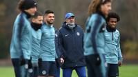 Pelatih Chelsea, Maurizio Sarri melihat pemainnya berlatih jelang menghadapi PAOK Thessaloniki di grup L Liga Europa di Pusat Pelatihan Cobham, Stoke D'Abernon (28/11). The Blues berada di posisi pertama di grup ini dengan poin 12. (AP Photo/John Walton)