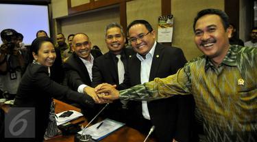 Menteri BUMN Rini Soemarno (kiri) berjabat tangan dengan Komisi VI usai mengikuti Rapat Kerja, Jakarta, Selasa (6/10/2015). Komisi VI menyetujui tambahan penyertaan modal negara (PMN) kepada 23 BUMN senilai Rp.34,32 triliun.(Liputan6.com/Johan Tallo)