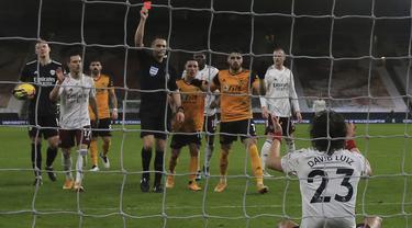 Bek Arsenal, David Luiz (23) mendapat kartu merah saat bertandang ke markas Wolverhampton Wanderers pada pekan ke-22 Liga Inggris di stadion Mollineux, Rabu (3/2/2021) dini hari WIB. Arsenal harus pulang dengan tangan hampa usai kalah 1-2 atas Wolverhampton. (Nick Potts/Pool via AP)