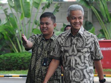 Gubernur Jawa Tengah Ganjar Pranowo (kanan) tiba di Gedung KPK, Jakarta, Jumat (10/5/2019). Ganjar diperiksa sebagai saksi kasus dugaan korupsi proyek pengadaan kartu tanda penduduk berbasis elektronik (e-KTP). (merdeka.com/Dwi Narwoko)
