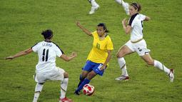 Marta dianggap sejajar dengan Pele di sepakbola Brasil. Walaupun belum pernah memenangi Piala Dunia, Marta telah mencetak 15 gol di Piala Dunia dan lima kali terpilih sebagai Pesepakbola Wanita Terbaik Dunia FIFA. (AFP/Michael Kappeler)