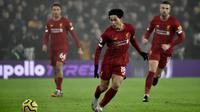 Pemain Liverpool Takumi Minamino (tengah) menendang bola saat menghadapi Wolverhampton Wanderers pada pertandingan Liga Inggris di Molineux Stadium, Wolverhampton, Inggris, Kamis (23/1/2020). Liverpool menang 2-1. (AP Photo/Rui Vieira)