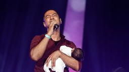Dalam acara Syukuran Salam 3 Jari itu, Marcell menyanyikan lagu Bahasa Kalbu yang pernah dipopulerkan Titi DJ, Jakarta, (20/10/14). (Liputan6.com/Faizal Fanani)
