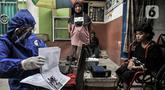 Petugas Disdukcapil Kota Jakarta Utara merekam E-KTP penyandang disabilitas di Pademangan Barat, Jakarta, Kamis (16/7/2020). Program jemput bola ini untuk memudahkan pelayanan administrasi kependudukan bagi penyandang disabilitas, jompo dan orang sakit di masa pandemi. (merdeka.com/Iqbal S. Nugroho)