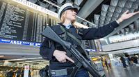 Petugas keamanan dikerahkan untuk berjaga di Bandara Internasional Stuttgart, setelah muncul ancaman serangan teror (AFP)