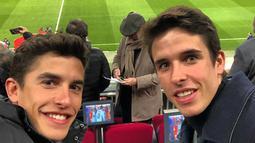 Diluar sirkuit, keduanya sering terlihat santai dan sering bercanda bersama. Baik Marc maupun Alex bahkan kerap membagikan momen mereka berdua yang diunggah di media sosial masing-masing. (Liputan6.com/IG/@marcmarquez9)