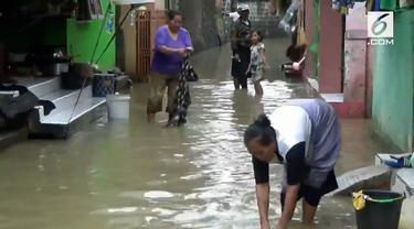 Masyarakat yang terkena banjir di Subang mengaku kekurangan air bersih. Untuk memasak dan mencuci, mereka terpaksa gunakan air banjir.