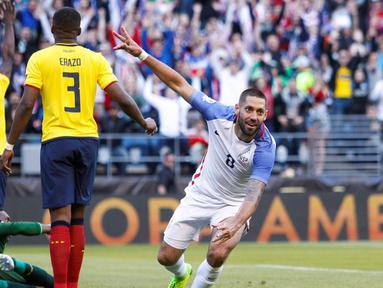 Clint Dempsey mencetak gol pertama saat Amerika Serikat mengalahkan Ekuador 2-1 pada perempat final Copa America Centenario 2016, di Century Link Field, Seattle, Jumat (16/6/2016). (Reuters/Joe Nicholson-USA TODAY Sports)