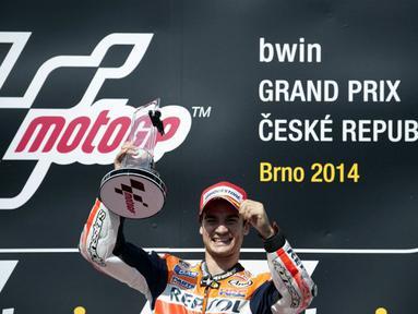 Dominasi Marc Marquez di ajang MotoGP 2014 dihentikan rekan setimnya, Dani Pedrosa, di Sirkuit Brno, Ceko, (17/8/2014). (AFP PHOTO/Michal Cizek)