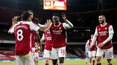 Para pemain Arsenal merayakan gol yang dicetak oleh Eddie Nketiah ke gawang West Ham United pada laga Premier League di Stadion Emirates, Sabtu (19/9/2020). Arsenal menang dengan skor 2-1. (Will Oliver/Pool via AP)