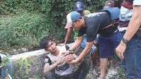 Seorang pelaku jambret dikepungl dan dihakimi warga di Jalan Danau Tambingan 1, RT 06/020, Kelurahan Bencongan, Kecamatan Kelapa Dua Kabupaten Tangerang, Rabu (19/9/2018).