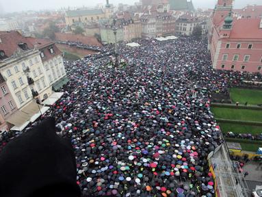 Ribuan orang berdemonstrasi menentang rencana larangan aborsi secara keseluruhan di ibu kota Polandia, Senin (3/10). Para perempuan mengenakan pakaian serba hitam, simbol duka atas hak-hak reproduktif mereka. (Agencja Gazeta/Slawomir Kaminski/REUTERS)