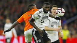 Pemain Belanda, Steven Bergwijn, duel udara dengan bek Jerman, Antonio Rudiger, pada laga kualifikasi Piala Eropa di Stadion Johan Cruyff, Minggu (24/3). Belanda takluk 2-3 dari Jerman. (AP/Peter Dejong)