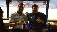 Asisten pelatih Persebaya, Sugiantoro (kiri), dan Dwi Priyo Utomo (mantan asisten pelatih Timnas U-16) menyaksikan celebration game Persik kontra PSID Jombang di Stadion Brawijaya, Kota Kediri, Sabtu (5/1/2019). (Bola.com/Gatot Susetyo)