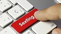 Sexting, berkirim pesan berbau sex bisa dilakukan secara aman. (Ilustrasi: Women Planet)
