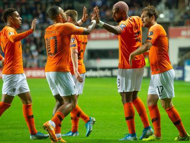 Para pemain Belanda merayakan gol yang Ryan Babel ke gawang Estonia pada laga Kualifikasi Piala Eropa 2020 di Talinn, Estonia, Senin (9/9). Estonia kalah 0-4 dari Belanda. (AFP/Raigo Pajula)