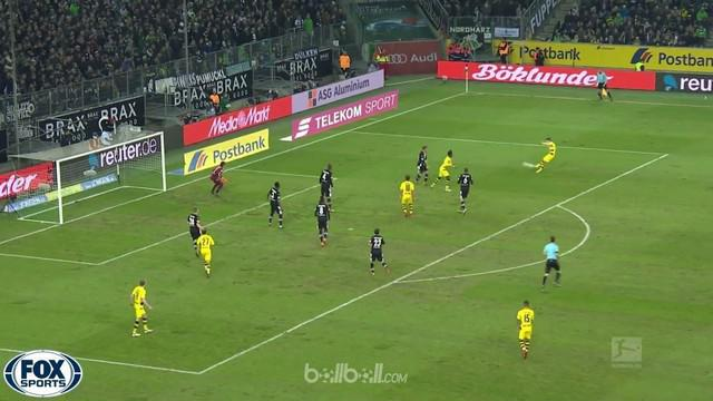 Marco Reus mencatat gol pertamanya saat memberi kemenangan 1-0 Borussia Dortmund di markas Borussia Moenchengladbach dalam lanjuta...