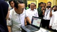 Direktur Utama BPJS Kesehatan Fachmi Idris saat melakukan pengecekan ke Klinik Hemodialisis Tidore, Jakarta Pusat, Senin (13/1/2020), terutama verifikasi sidik jari layanan cuci darah untuk peserta JKN. (Dok Humas BPJS Kesehatan)