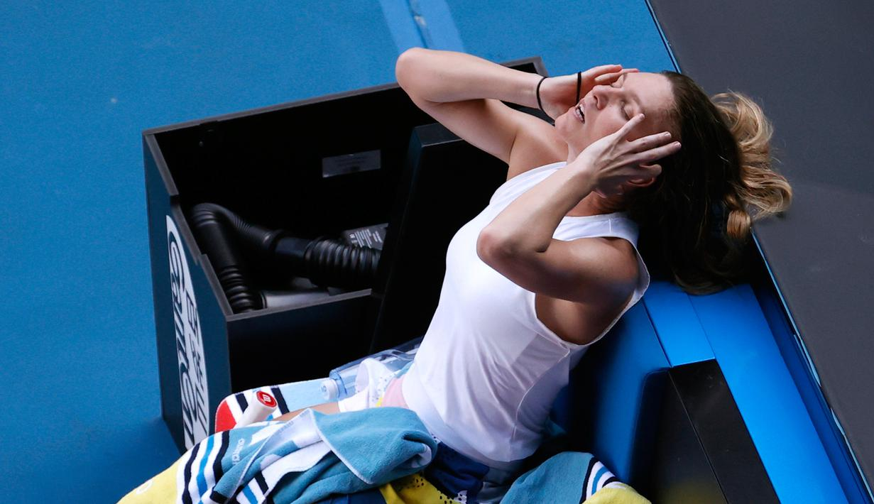 Reaksi petenis Rumania, Simona Halep usai kalah dari Garbine Muguruza asal Spanyol pada semifinal tunggal putri Australia Terbuka di Melbourne, Australia, Kamis (30/1/2020). Halep gagal ke babak final Australia Terbuka 2020 usai kalah dari Muguruza. (AP Photo/Andy Wong)