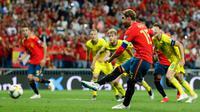 Bek Spanyol Sergio Ramos mencetak gol lewat tendangan penalti saat menghadapi Swedia dalam laga kualifikasi Grup F Piala Eropa 2020 di Stadion Santiago Bernabeu, Madrid, Senin (10/6/2019). Spanyol membantai Swedia 3-0. (AP Photo/Manu Fernandez)